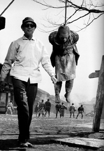Kurosawa on set of Yojimbo
