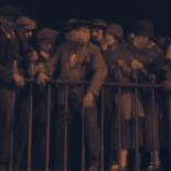 1:32 Entre la multitud observando el arresto.