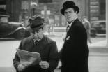 0:13 Cuando Joel McCrea sale del hotel, con abrigo y sombrero leyendo un periódico.