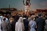 0:25 Mirando a los acróbatas en el mercado marroquí, de espaldas a la cámara.