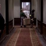 0:04:47 Entrando desde la izquierda del pasillo del hotel cuando pasa Tippi Hedren.