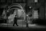 0:43 Paseando frente al edificio donde vive Robert Montgomery