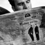 0:25 En las fotos de unas píldoras para la obesidad, en un periódico.
