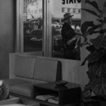 0:06 A través del ventanal de la oficina de Janet Leigh, llevando un sombrero de cowboy.