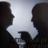 0:38 Su silueta a través de la puerta del Registro de nacimientos y muertes.