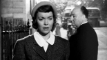 0:38:14 Se da la vuelta para mirar a Jane Wyman disfrazada a lo Marlene Dietrich.