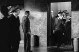 0:35 Saliendo de un ascensor en el hotel Empire, con un violín y fumando un cigarrillo.