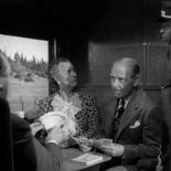 0:17 En el tren a Santa Rosa, jugando a las cartas.