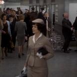 0:32 En una silla de ruedas en el aeropuerto. Hitchcock se levanta de la silla y le da la mano a un hombre.