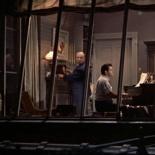 0:25 Dando cuerda a un reloj en el piso del vecino de James Stewart, el compositor.