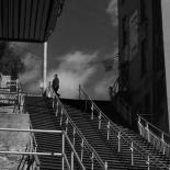 0:01:28 Cruzando en lo alto de la escalera.