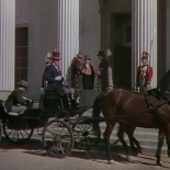 0:14 Uno de los tres hombres en los escalones de casa del gobernador.