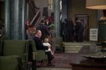 0:08 Sentado en el vestíbulo del Hotel de Inglaterra con un niño rubio en sus rodillas.
